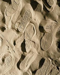 Jennifer Allora & Guillermo Calzadilla · Land Mark (footprints), 2001-2004, Digital c-print. Foto: texte&tendenzen, Courtesy Chantal Crousel