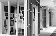 L'Intime, le collectionneur derrière la porte, 2004: vier inszenierte Sammler-Toiletten in der Maison Rouge. Foto: Marc Domage