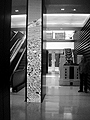 Videowüste im Edelpalast von LVMH: Doug Aitkens Video «Lighttrain» auf den Säulen, im Hintergrund der Künstler Gary Hill vor Chris Burdens «Tyne Bridge», Foto: texte&tendenzen
