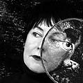 Porträt von Annette Messager mit Katzenkopf, Foto: Marie Clérin, Paris (No. 12)