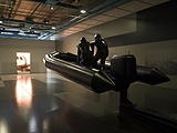Xavier Veilhan · Le Zodiac, 2004 und Big Light Machine, Jet, 2004, im Hintergrund Paysage Fantômes, 2004 © Centre Pompidou, Fotos: Georges Méguerditchian
