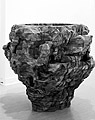 Ursula Rydingsvard · Bowl with Sacks II, 2002, Zedernholz, Grafit, 121,9 x 130,8 x 146,1 cm