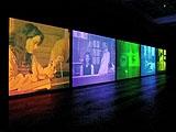 PSI Girls, 1999, Installationsansicht, Video-Installation, 5 synchron laufende Programme, Programmdauer 20 Minuten, Courtesy Timothy Taylor Gallery, London; Galerie Volker Diehl