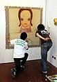 Yoshitomo Nara (*1959 in Hirosaki, lebt in Tokio) und Hiroshi Sugito (*1970 in Nagoya, lebt in Nagoya). Atelieraufnahme in Wien, 2004, alle Fotos Courtesy Galerie Zink & Gegner, München