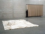 Gustav Metzger · Historic Photographs, vorne: To Crawl Into - Anschluss, Wien, März, 1938; hinten: To Walk Into, Massacre on the Mount, Jerusalem, 8. November, 1990, beide 1996, Foto: Werner Kaligofsky