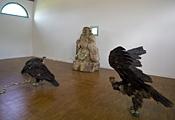 Huang Yong Ping · Intestins de Bouddha, 2006, Holz, Seide, ausgestopfte Geier, Courtesy Centre international d'art et du paysage de l'île de Vassivière, Foto: André Morin, © ProLitteris, Zürich