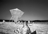 Pawel Althamer · UFO, 2004, Digitaldruck laminiert, 31 x 44 cm, Fotodokumentation einer Installation aus Holz und Alufolie, Courtesy Gallery Raster, Warschau