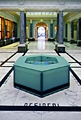 Silvie Defraoui · La fontaine du désir II, 2002, Glas, Stahl, Intarsien in Marmor, LCD, Masse: 65 cm hoch, 100 cm Durchmesser, Fotograf: Gaston Wicky