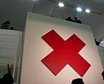 Olivier Mosset · Red Cross, 1990, Öl auf Leinwand, Privatsammlung, Courtesy Susanna Kulli im Foyer der Ausstellung «peintures», CCSP, Paris 2006, Foto: texte&tendenzen