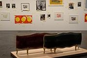 John Armleder · sculpture d'ameublement (no. 232), 1999, vor Allen Ruppersberg · Chérie j'ai réarrangé la collection pendant que tu étais partie (Masques), 1971-1999