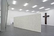 Valentin Carron · Casanova, 2006, (links der Installationsansicht), Styropor, Fiberglas, Kunstharz, Acryl, 97 x 37 x 36 cm, Courtesy Galerie Eva Presenhuber, Zürich