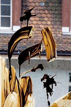 Isabelle Krieg · Tonschlick auf Fenster, 2007, Test für Installation «KRIEG MACHT LIEBE» im Centre PasquArt Biel, Copyright ProLitteris
