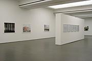 Susanne Kriemann, Annette Kelm · Installationsansicht «Die Wörter, die Dinge», Kunstverein für die Rheinlande und Westfalen, Düsseldorf, Foto: Yun Lee