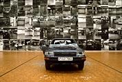 Sarah Lucas · Car Park, 1997, Installationsansicht im Museum Ludwig, Köln, 1997, Courtesy Sadie Coles HQ, London, © Sarah Lucas