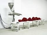 Roxy Paine · SCUMAK No. 2 (Auto Sculpture Maker), 1998-2001, Aluminium, Computer, Förderband, Elektronik, Kühlsystem, Teflon, Extruder, rostfreier Stahl, Polyethylen, ca. 228,6 x 701 x 185,4 cm, Foto: Greg Holm, © James Cohan Gallery, New York; Roxy Paine