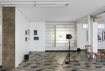 Co Gründler, ‹When Memories disappear›, 2018, Wandregal, Theaterscheinwerfer, Keramik vergoldet, 20x30x15 cm.Foto:Dominik Zietlow