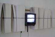 CHRISTOPH RÜTIMANN · Buchlinie, 1989/91/2007, Zweiteilige Installation mit bedruckten und unbedruckten Folianten, Monitor, Videokamera, Courtesy Mai 36 Galerie, Zürich