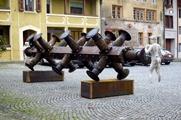 pufferpuff beziehungsweise puffersperre, 2004, 19 Eisenbahnwagonpuffer, Eisensäule, Kunststein- ?guren, Gewindestangen, 180 x 740 x 180 cm. Foto: Hansruedi Riesen