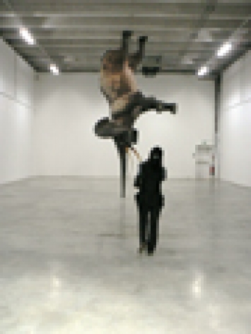 Daniel Firman · Würsa (à 18.000 km de la Terre), 2008, Ausstellungsansicht Superdome, Palais de Tokyo. Foto: Sennewald