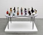 Susan Hiller · Ceramic Works, 2003, A Longing to be Modern, Keramikvasen aus der BRD und DDR, Bronzebuchstaben von Grabsteinen. Foto:Wolfgang Wössner