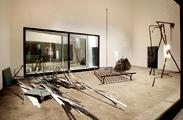 Ohne Titel, 2007, Bonze Metal, Leder, Zement, Formica, Plexiglas, Marmor Epoxyharz, 160 x 421 x 610 cm. Foto: Daniele Resini