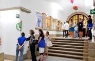 Luigi Ontani · Ermestetica, 2008, Keramikfiguren. Die Serie der farbenfrohen Plastiken steht in direktem Dialog zu den originalen Glasfenstern des futuristischen Künstlers Enrico Prampolini. Ausstellungsansicht, Palazzo delle Poste, Trento