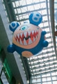Takashi Murakami · Chaos, 1996, Installation in der Canal City Hakata, Fukuoka, Japan. Vinylchlorid und Helium, 500 cm Durchmesser ©1996 Takashi Murakami/Kaikai Kiki Co., Ltd.