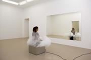 Jeppe Hein · Smoking Bench, 2003, Nebelmaschine, Stahl, Kissen, Spiegel, Courtesy Galerie Johann König, Berlin und 303 Gallery, New York. Foto: Blaise Adilon