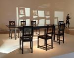Linda Bilda · Die Goldene Welt, 2009, Tisch, Stühle mit Glasintarsien