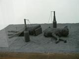 Mark Manders · Nocturnal Garden Scene, 2005, Holz, Glas, Sand und div. Materialien, 160 x 20 x 130 cm, S.M.A.K.