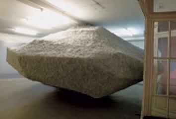 Gregory und Cyril Chapuisat · Destruction créatrice, 2008, faux bloc erratique.?Photo: Silvio Waser