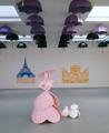 Katharina Fritsch · Frau mit Hund, Schirme und Paris-Postkarten, 2004, Polyester, Aluminium, Eisen, Farbe, Ausstellungsansicht Matthew Marks Gallery, 2004 © ProLitteris, Zürich