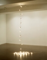 Felix Gonzalez Torres · Untitled (Leaves of Grass), 1993, Lichtgirlande mit Porzellansteckdosen, variable Grössen. Collection Eileen & Michael Cohen