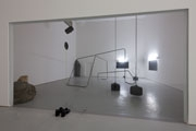 Tatiana Trouvé · L'anti chambre, 2009, Metall, Holz, Lack, Neonröhren, Glas, Bronze patiniert, Kautschuk. Courtesy Galerie Emmanuel Perrotin, Paris