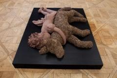 Aneta Grzeszykowska · Klara, 2009, Wolle, Holzkonstruktion, Kletten, Holzwolle, Holzpodest, 38 x 120 x 155 cm