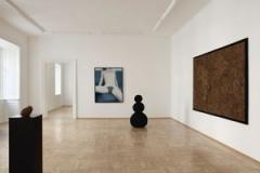 Aneta Grzeszykowska · Birthday, 2010, Raumaufnahme mit Wandbehang «Gobelin» und Skulptürchen «Hundeherz»