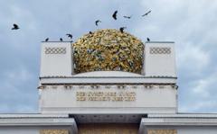Christoph Buechel . Secession, Aufschrift auf der Fassade, 2010