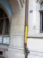 «Le Rien en or», 2008, verkleidete Regenrinne am Zürcher Stadthaus. An verschiedenen Orten in Zürich wurden goldene Farbflächen aufgebracht (u.a. an einer Betonstütze am Hauptbahnhof, am Geländer der Quaibrücke, an einem Tram der VBZ). Die Flächen sind immer noch zu sehen, wie lange ist ungewiss.