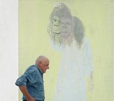 Jean-Christophe Ammann vor Elly Strick, The Same, 2005, 320 x 205 cm , Öl und Lack auf Papier