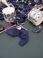 Latifa Echakhch · Sans titre (Fanfare, L'indépendente), 2008, Installation: Knöpfe, Gamaschen, Epauletten, Gurt, Säbel und Futteral, Dimension variabel