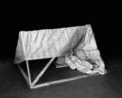 Bianca Brunner · Tent, 2009, aus der Serie Uninhabitable Objects, Silbergelatine Print, 30 x 40 cm