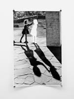 Hans-Peter Feldmann · Mädchen mit Schatten, s/w Fotografie, ausgeschnitten, 94 x 62,5 cm © ProLitteris. Courtesy Galerie Francesca Pia, Zürich