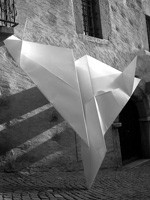 Joëlle Allet, Papierflieger, 2006, 360 x 320 cm, Aluminium lackiert