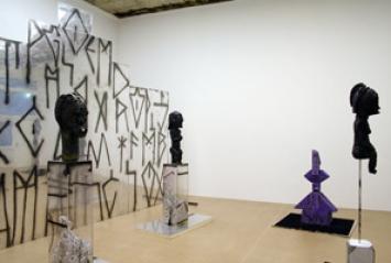 Edward Lipski · Zigurrat Wall II, 2010, Perspex, Wood, Steel, Paint, 343 x 500 x 160 cm. Courtesy Galerie Bob van Orsouw, Zurich