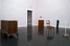 Francesco Arena · 92 centimetri su oggetti (la ringhiera di Pinelli), 2009, Scopa, porta in legno, pantalone, sedia, armadio Dimensioni variabili. Courtesy galleria Monitor, Roma