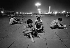 Liu Heung Shing · Schülerinnen der Oberstufe beim Lernen unter der hellen Beleuchtung des Tiananmen-Platzes, Peking, 1981