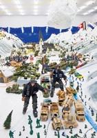Thomas Hirschhorn · Wirtschaftslandschaft Davos, 2001, Ausstellungsansicht (Detail) Aargauer Kunsthaus, Aarau © Pro Litteris. Foto: René Rötheli