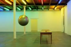 Edith Dekyndt · Atpapllee, 2011, Installationsansicht, Plexiglas, Tisch, Apfel.