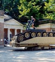 Jennifer Allora & Guillermo Calzadilla · Track and Field, 2011, 60-Tonnen-Panzer mit Laufband, auf dem während der ganzen Ausstellungsdauer ein Athlet aus dem US-Militär-Team seine Trainingseinheiten absolviert. Foto: Werner Egli
