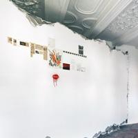 Walid Raad · Index XXVI Künstler Tahan/Saadi, 2011, Raumaufnahme Kunsthalle Zürich. Foto: Stefan Altenburger Begleittext: «Das Werk basiert auf Namen von Künstlern, die in Libanon im vergangenen Jahrhundert arbeiteten. Künstler aus der Zukunft sandten mir die Namen auf telepatischem Weg und/oder durch eine zukünftige Technologie. Im selben Jahr habe ich die Bilder in Beirut auf eine weisse Wand geschrieben... Bei einigen davon haben sich allerdings Übertragungsfehler eingeschlichen. Diese wurden von einem verständnislosen Kritiker, einem selbsternannten Hüter der libanesischen Kunst in roter Farbe korrigiert. Nachdem ich die letzten Jahre damit verbracht habe, die Leben der falsch geschriebenen Künstler zu recherchieren, bin ich zum Schluss gekommen, dass diese Namen absichtlich verzerrt wurden. Es ging den zukünftigen Künstlern nicht um ihre Vorgänger und deren Werke, sondern um die Farbe Rot in den handgeschriebenen Korrekturen. Zukünftige Künstler suchen diese Farbe, weil diese für sie nicht mehr verfügbar ist. Nicht weil sie nicht mehr existieren würde, sondern weil diese auf einer immateriellen Ebene beeinträchtigt wurde.» (WR, Text wurde übersetzt und gekürzt.)